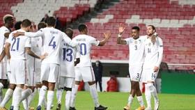 Các cầu thủ Pháp ăn mừng chiến thắng