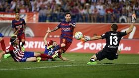 Jan Oblak cản phá cú sút của Messi