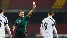 Morata lãnh thẻ đỏ ở cuối trận