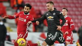 Luke Shaw (phải) đã vô hiệu hóa Mo Salah (Liverpool)