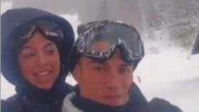 Ronaldo vượt rào dẫn bạn gái đi trượt tuyết trong ngày sinh nhật