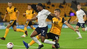 Raheem Sterling vượt qua hậu vệ Wolves trong trận lượt đii