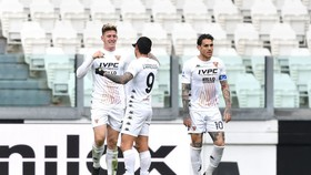 Các cầu thủ Benevento ăn mừng bàn thắng của Gaich