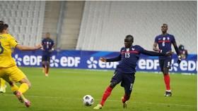 N'Golo Kante đã gắng gượng chơi đến hết trận đấu với Ukraine