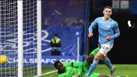 Phil Foden ghi bàn trong trận thắng ở Stamford Bridge