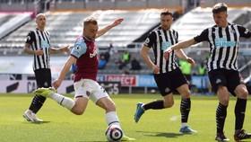 Jarrod Bowen sút bóng trước khung thành Newcastle