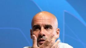 Pep Guardiola thoải mái khi trò chuyện đến nửa giờ trong cuộc họp báo trước trận