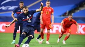 Karim Benzema sút hỏng quả phạt đền