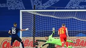 Benzema sút hỏng quả 11m liên tiếp ở tuyển Pháp