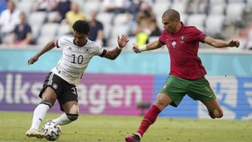 Tiến đạo Đức Gnarby đi bóng trước Pepe