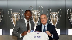 Chủ tịch Florentino Perez trao chiếc áo số 4 cho David Alaba
