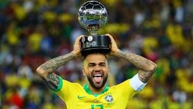 DANI Alves với chiếc cúp Copa America
