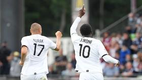 Burak Yilmaz (17) ăn mừng bàn thắng phút cuối cùng
