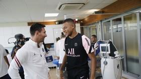Messi và Kylian Mbappe trong phòng y tế PSG