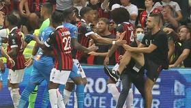 Các CĐV Nice lao xuống sân choảng nhau với cầu thủ