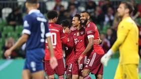 Leroy Sane ăn mừng bàn thắng cùng đồng đội