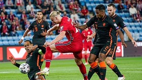 Van Dijk tranh đấu với Erling Haaland