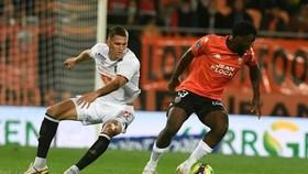 Terem Moffi (phải, Lorient) ghi bàn thắng muộn, hạ gục nhà vô địch