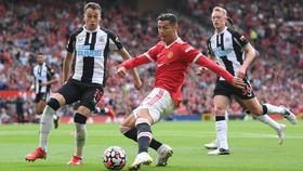 Ronaldo trở lại để ghi bàn trong chiến thắng tưng bừng ở Old Trafford