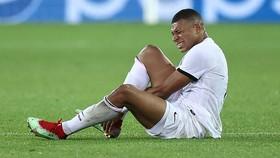 Mbappe chấn thương  bàn chân buộc phải rời sân sớm