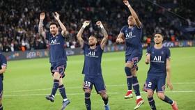 Messi ăn mừng chiew61n thắng cùng Neymar và Mbappe