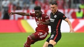 Filip Kostic (phải, Eintracht) ghi bàn quyết định trước Bayern