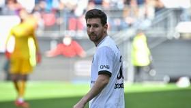 Messi sút bóng trúng xà Rennes trong trận thua cu· ngang