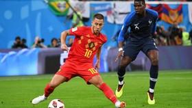 Eden Hazard (Bỉ) đi bóng trước sự truy cản của Paul Pogba