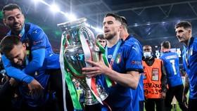 Jorginho với chiếc cúp Euro 2020