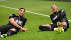 Mbappe (phải) ăn mừng bàn thắng cùng đồng đội