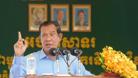Thủ tướng Campuchia Hun Sen phát biểu trước hàng ngàn công nhân dệt may tại thủ đô Phnom Penh ngày 2-8. Ảnh: pressocm.gov.kh