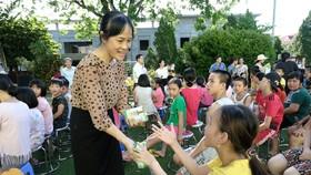Vinamilk và Quỹ sữa Vươn cao Việt Nam đã tổ chức chương trình trao tặng sữa cho các trẻ em rung tâm phục hồi chức năng người khuyết tật Thụy An