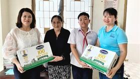 Bà Trần Thị Mỹ Bình trực tiếp tới thăm gia đình Pháp và tặng những thùng sữa Vinamilk để giúp em nâng cao sức khỏe và tăng cường sức đề kháng