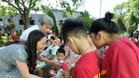 Những hộp sữa từ Vinamilk và Quỹ sữa Vươn cao Việt Nam vẫn tiếp tục hành trình của mình để đến với các trẻ em ở các trung tâm bảo trợ, mái ấm