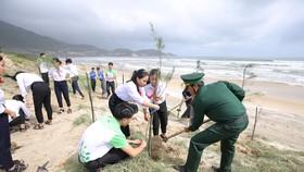 Các học sinh, đoàn viên thanh niên, chiến sĩ bộ đội cùng tham gia trồng cây