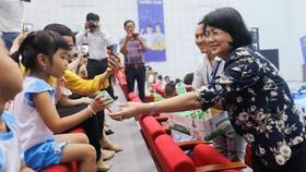 Phó Chủ tịch nước Đặng Thị Ngọc Thịnh trao những hộp sữa học đường cho trẻ em tham gia ngày hội