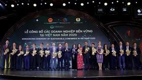 Hình 3: Hệ thống Pin năng lượng mặt trời sẽ được Vinamilk áp dụng trên hệ thống toàn bộ các trang trại Hình 1: Phó Chủ Tịch Nước Đặng Thị Ngọc Thịnh trao hoa chúc mừng cho Top các Doanh nghiệp bền vững của Việt Nam năm 2020