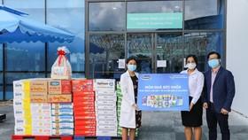 Trao tặng hơn 3.000 món quà dinh dưỡng đến gia đình của các y bác sĩ, cán bộ y tế