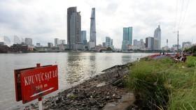 Một điểm sạt lở nguy hiểm ở bờ sông Sài Gòn, phía Q.2 (TP.HCM) - Ảnh: Hữu Khoa