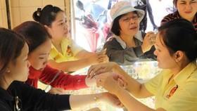 Người dân đang mua bán vàng tại một cửa hàng vàng bạc ở quận Bình Thạnh, TP HCM (Ảnh: HOÀNG GIANG)