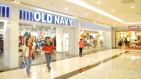 Hai thương hiệu thời trang nước ngoài OldNavy và Levis liền kề trong trung tâm thương mại Vincom. Ảnh: CAO THĂNG