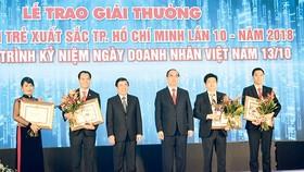 Bí thư Thành ủy TPHCM Nguyễn Thiện Nhân và Chủ tịch UBND TPHCM Nguyễn Thành Phong, trao giải thưởng cho các doanh nhân trẻ xuất sắc TPHCM. Ảnh: NGUYỄN ĐÌNH