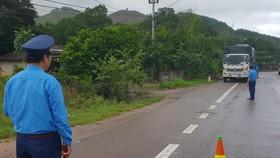 Tổ cân lưu động phát hiện nhiều trường hợp xe quá tải trên Quốc lộ 1 vào sáng 12/12. Ảnh: atgt.vn