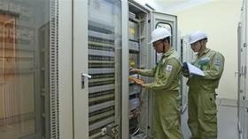 Kiểm tra thông số kỹ thuật hệ thống thông tin trạm biến áp 500kV Thạnh Mỹ. (Ảnh: Ngọc Hà/TTXVN)