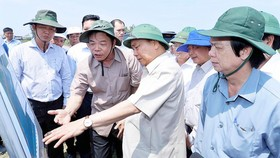 Thủ tướng thị sát tuyến đê biển bị sạt lở tại địa phận xã Tân Thành, huyện Gò Công Đông