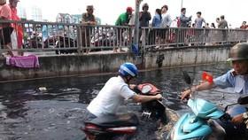 Toàn bộ khu vực gần cầu Kênh Ngang số 3, quận 8, TPHCM bị ngập nghiêm trọng trong đợt triều cường vừa qua