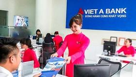 Khách hàng đang giao dịch tại VietABank.