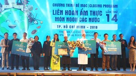 """Ban tổ chức trao giải cho các bếp trưởng chuyên nghiệp đạt giải trình diễn chế biến món ăn của """"Liên hoan bếp trưởng khách sạn 5 sao"""". Ảnh: PHONG LAM"""