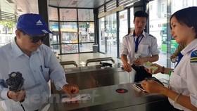 Vé liên thông vận tải công cộng giúp hành khách tiếp cận được với nhiều loại hình như xe buýt, đường sắt đô thị, metro. (Ảnh: Việt Hùng/Vietnam)
