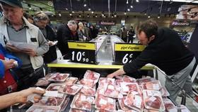 Người dân chọn mua hàng hóa tại siêu thị ở Toulouse, Pháp. (Ảnh: AFP/TTXVN)